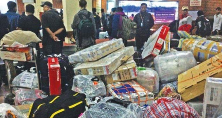त्रिभुवन विमानस्थलमा लगेज फुटाएर चोर्दा चोर्दै ३ कर्मचारी रंगेहात समातिए
