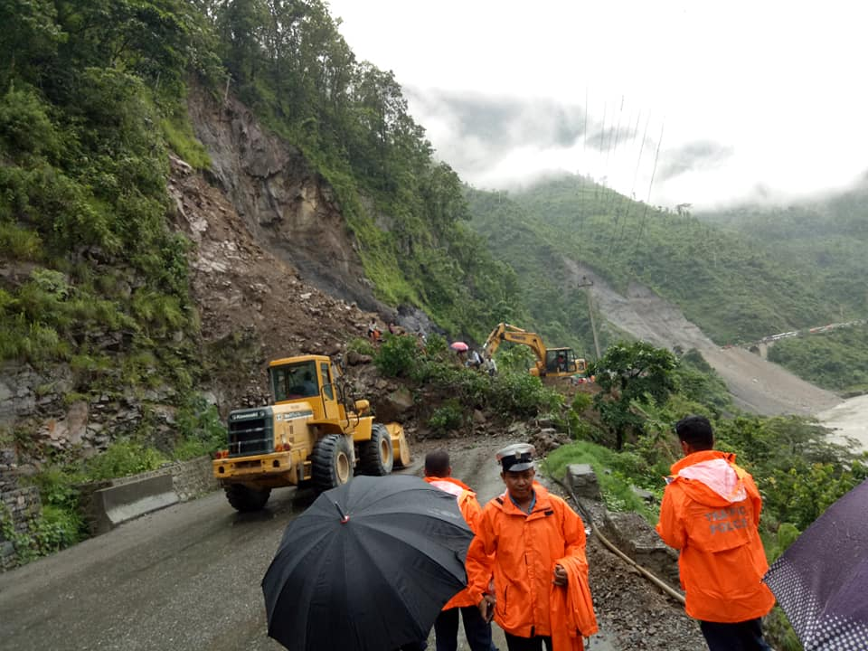 नारायणगढ–मुग्लिन र मुग्लिन–नौबिसे सडक एकतर्फी सञ्चलानमा