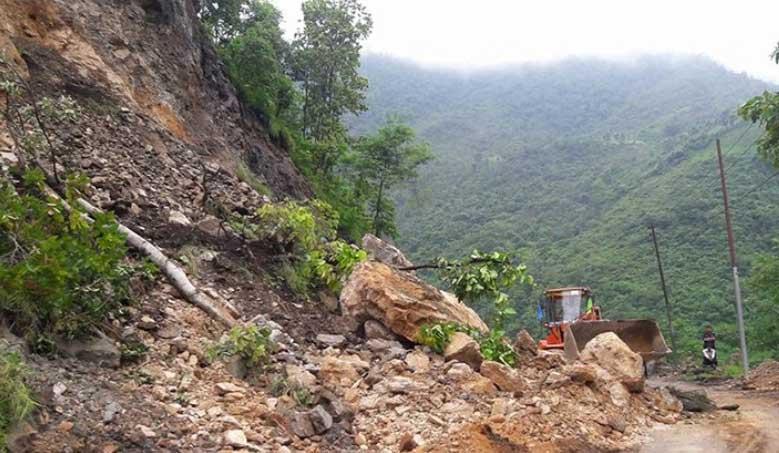 दाउन्नेमा पहिरो खस्दा पूर्वपश्चिम राजमार्ग अवरुद्ध