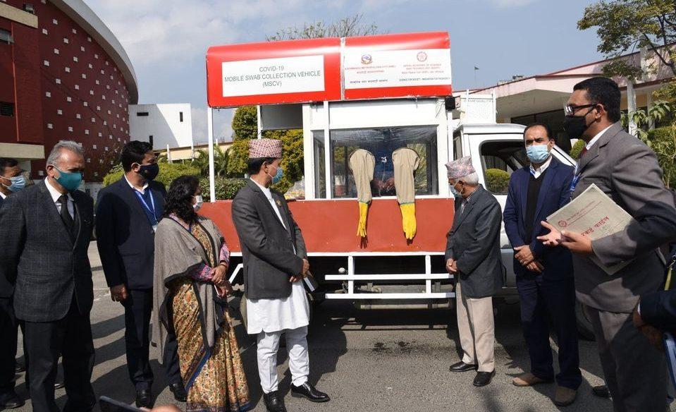 कोरोना परीक्षणका लागि काठमाडौंका टोलटोलमा मोबाइल भ्यान