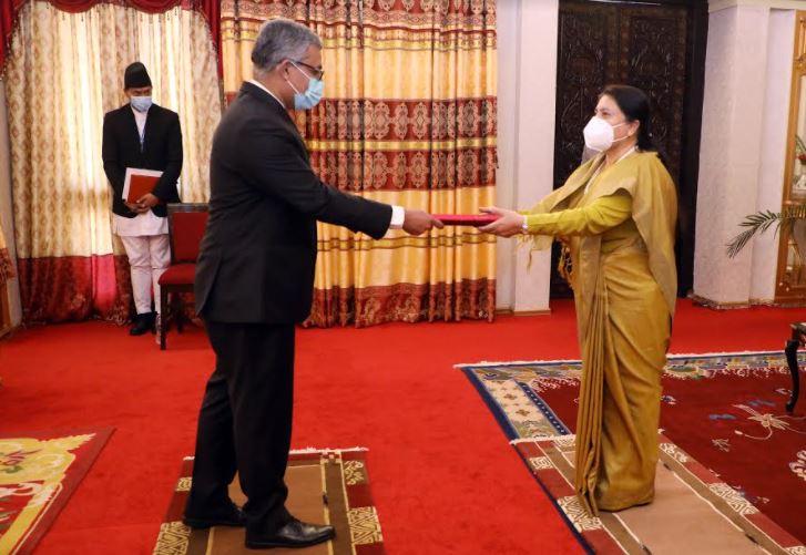 राष्ट्रपतिसमक्ष ओहदाको प्रमाणपत्र प्रस्तुत